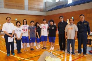 避難所でボランティアに励む近隣の中学生たちに御礼を伝え記念撮影