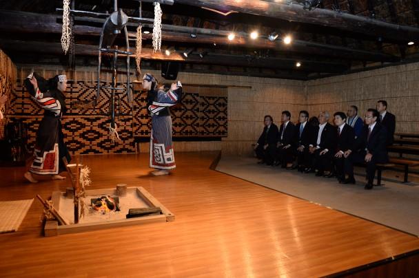 アイヌ民族博物館で舞踊を見学