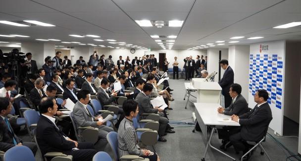 新役員を発表する岡田代表