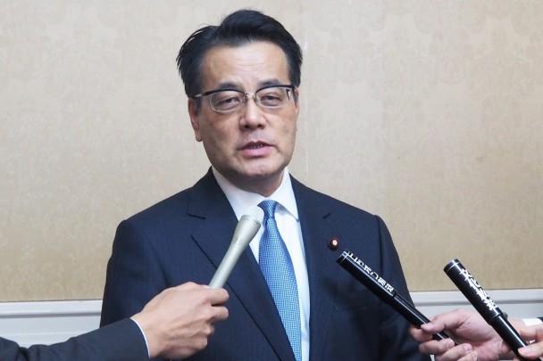 記者団の取材に応じる岡田代表