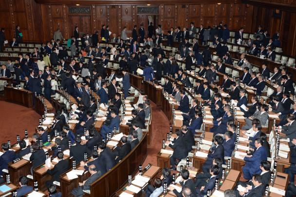 本会議場を退席する民主党議員ら