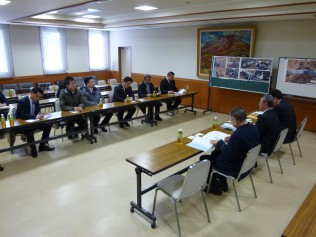 軽井沢警察署で事故状況の説明を受けるPT一行