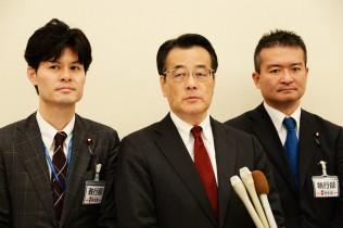 左から柚木県連代表、岡田代表、津村県連幹事長
