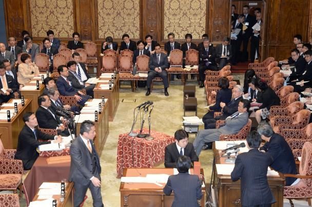 丸川大臣の答弁が混乱し、理事が委員長席に詰め寄る一幕も