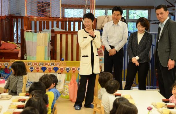 藤森平司園長(右)の案内で子どもたちの食事の様子を見守る