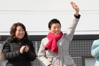 笑顔で手をふる辻元役員室長、太田議員