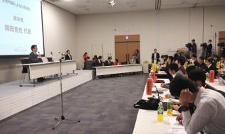 全国の高校生を前に話す岡田代表