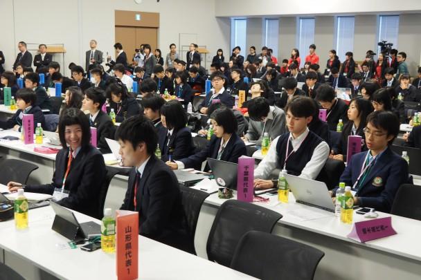 出席した高校生はPCなどで熱心にメモしながら耳を傾ける